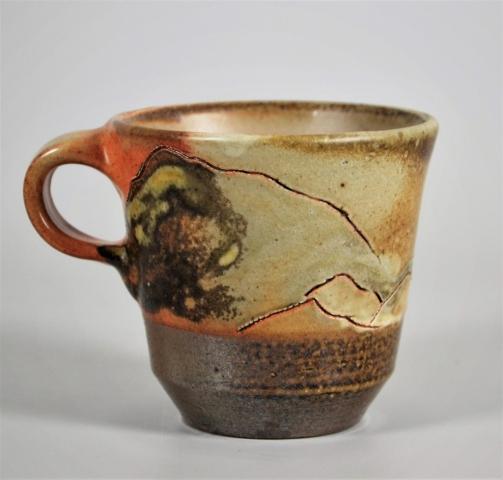große steinzeug cappuccinotasse für kaffeerösterei mit abstraktem landschaftsmotiv