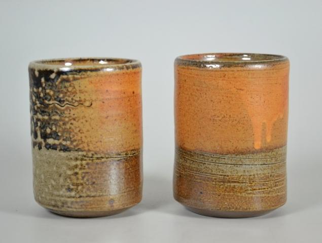 Set von großen orangen kaffeetasse becher steinzeug handgetöpfert