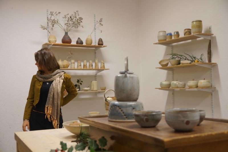 Künstlerin Isabella Bilstein mit Keramiken in ihrem Töpferatelier in Köln