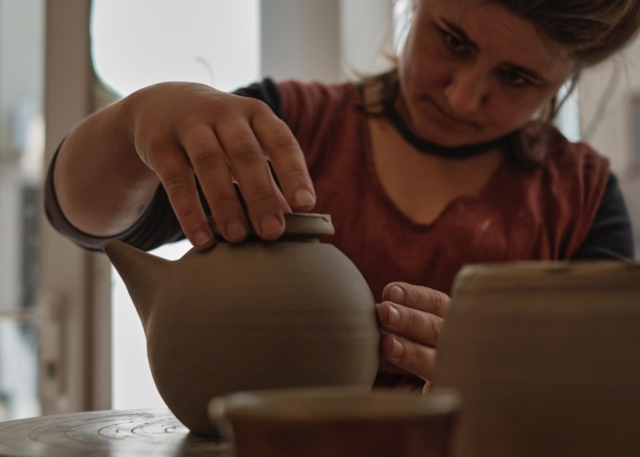 Töpferin und Teekanne
